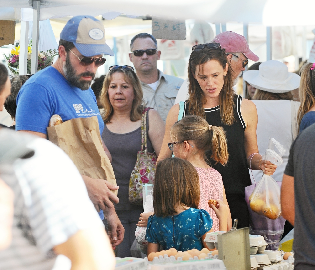 Ben Affleck and Jennifer Garner take their children to the Pacific Palisades Farmers Market. Ben could be seen without his wedding ring.  Featuring: Jennifer Garner, Ben Affleck, Violet Affleck, Seraphina Rose Affleck Where: Los Angeles, California, United States When: 20 Sep 2015 Credit: WENN.com