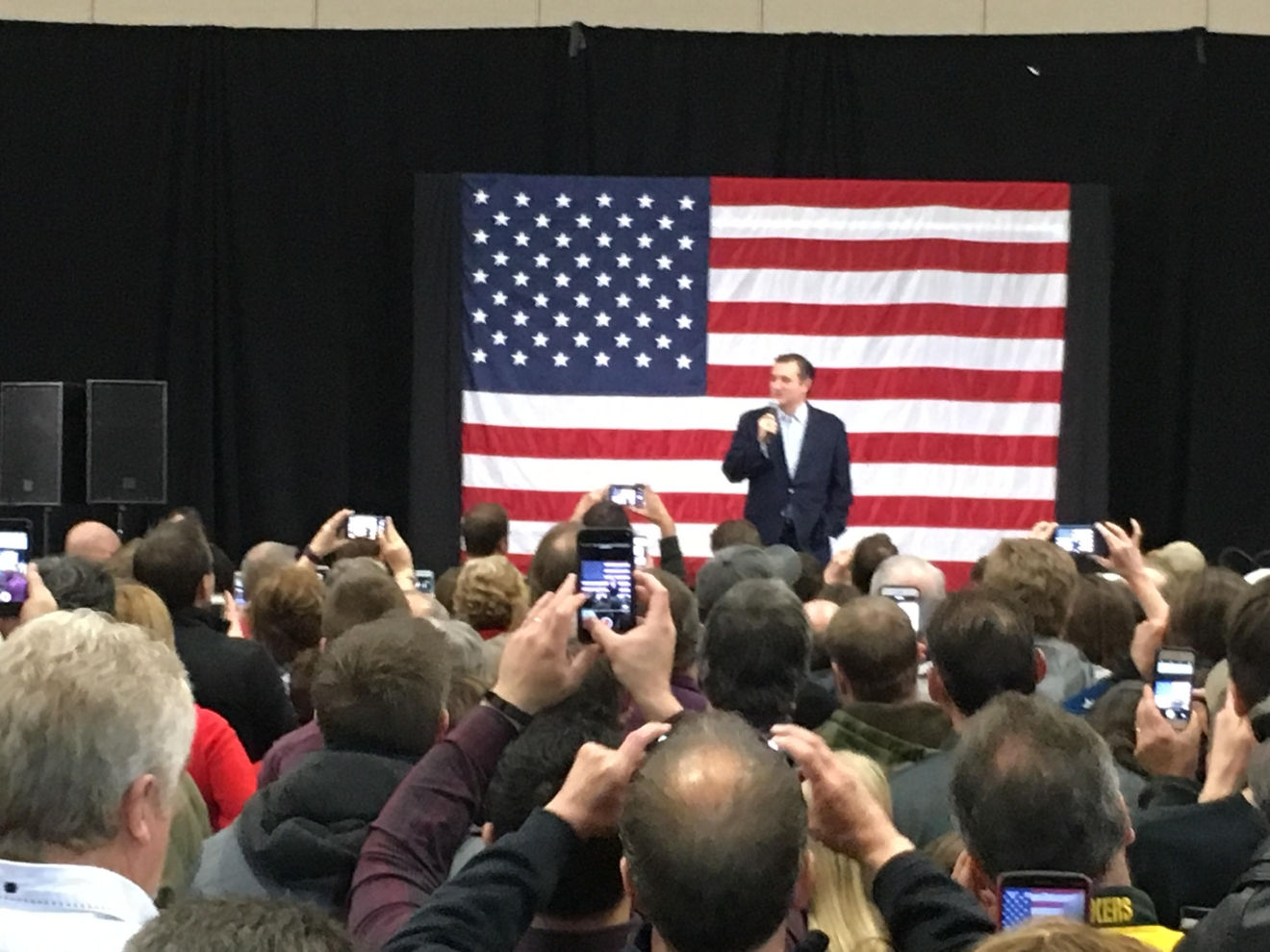 Cruz talking to a crowd in Green Bay. (WLUK/Andrew LaCombe)