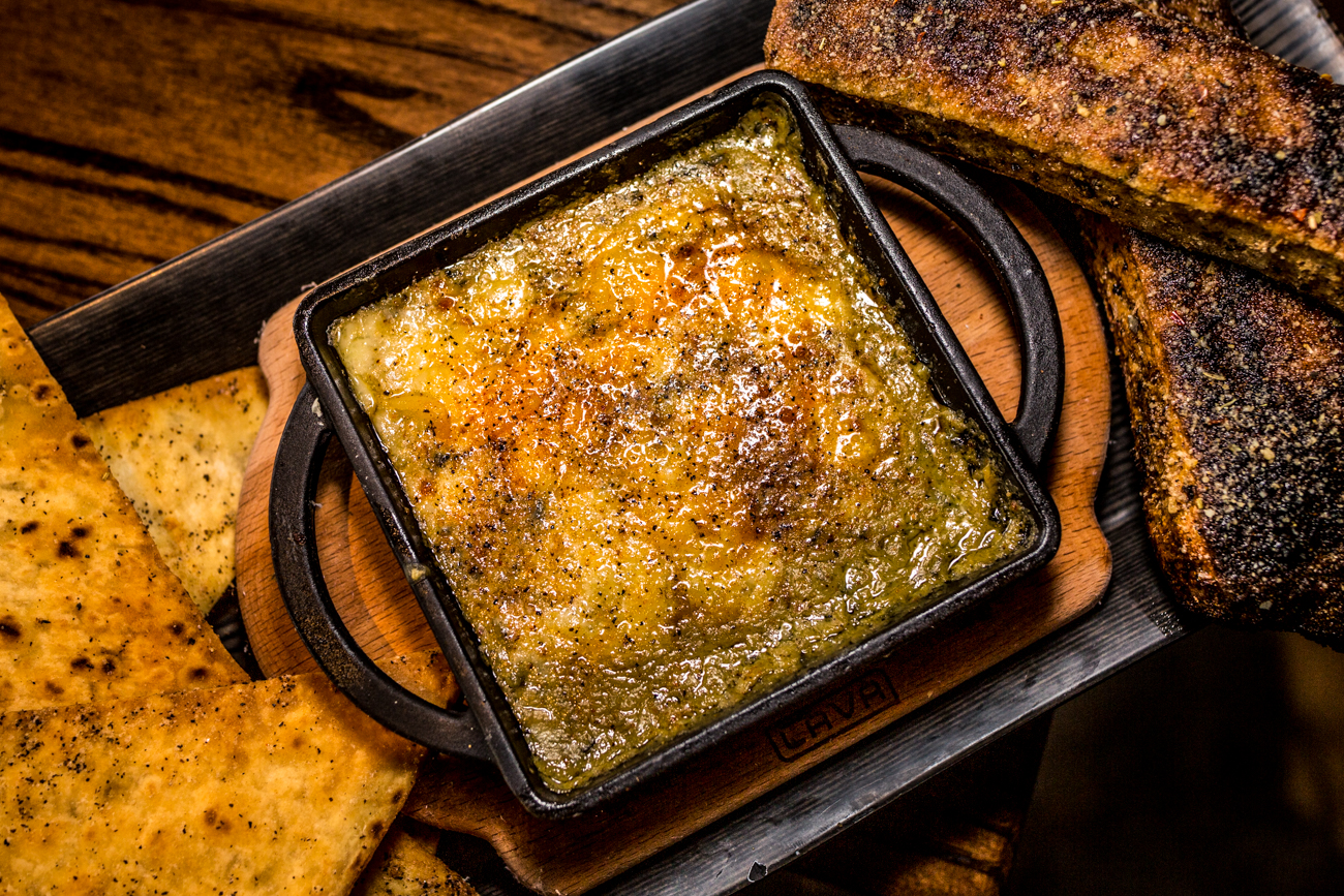 Spinach artichoke dip: homemade spinach and artichoke dip with breadsticks and pita chips / Image: Catherine Viox // Published: 11.10.19