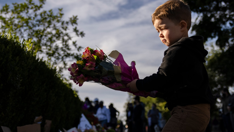 PHOTOS: People mourn, leave gifts at the Supreme Court after Justice Ginsburg's death