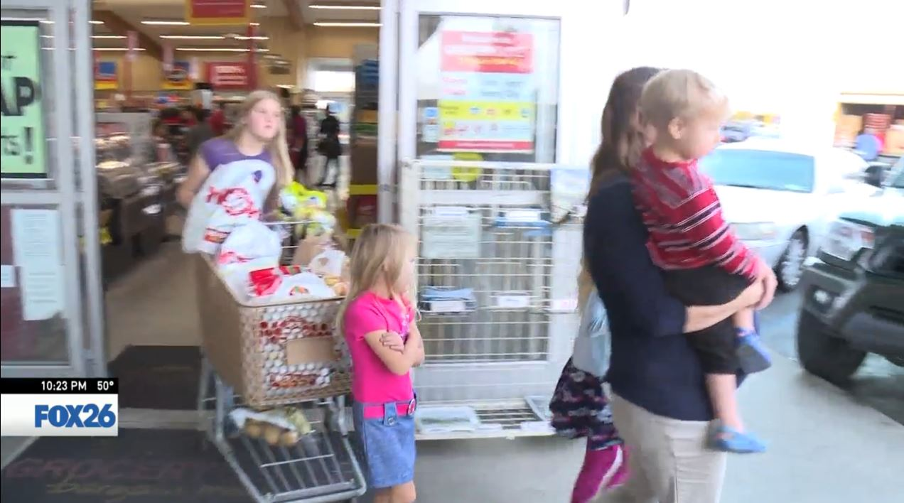 Autumn and her kids leaving with a cart full of free groceries<p></p>