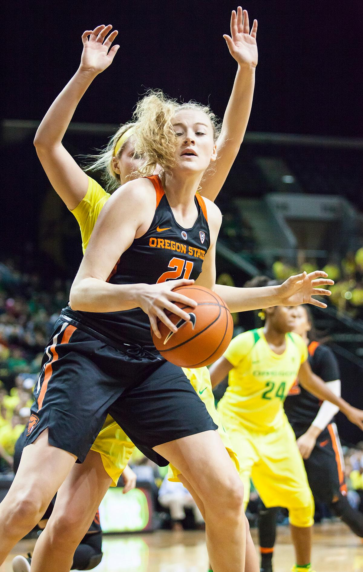 Oregon State Center Marie Gulich (#21) attempts to keep the ball away from an Oregon defender. Gulich finished out the night with 6 rebounds. The Oregon Ducks lost 40 to 43 against the Oregon State Beavers after a tightly matched 4th quarter. Photo by Ben Lonergan, Oregon News Lab