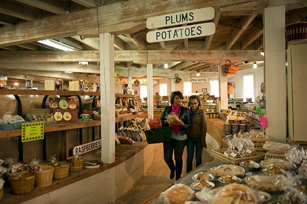 Shoppers pick up fresh fruit at the Historic Round Barn in Adams County, Pa. (Photo courtesy of Destination Gettysburg/Jeremy Hess)